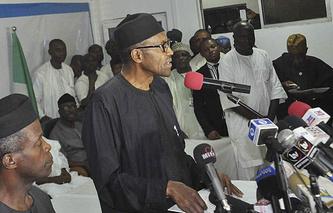 Президент Нигерии Мухаммад Бухари (в центре)