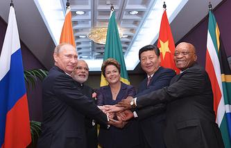 Президент России Владимир Путин, премьер-министр Индии Нарендра Моди, президент Бразилии Дилма Роуссефф, председатель Китайской Народной Республики Си Цзиньпин и президент Южно-Африканской Республики (ЮАР) Джейкоб Зума, 2014 год