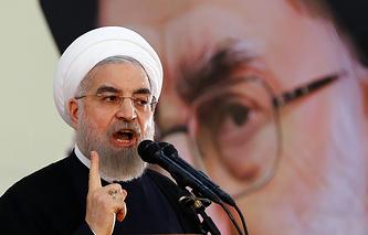 Президент Ирана Хасан Роухани на фоне портрета аятоллы Хаменеи