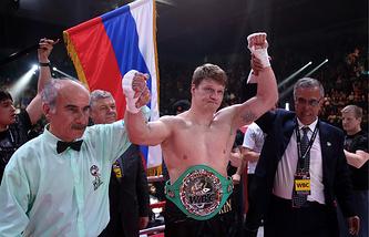 Российский боксер Александр Поветкин (в центре) после победы в поединке против кубинского боксера Майка Переса за титул чемпиона WBC Silver в супертяжелом весе