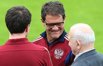 Главный тренер сборной России по футболу Фабио Капелло (в центре) и исполняющий обязанности президента РФС Никита Симонян