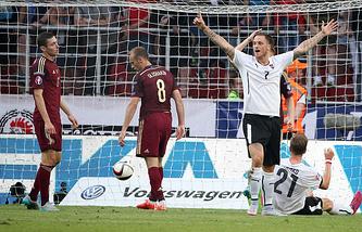 Мяч в воротах сборной России в отборочном матче чемпионата Европы по футболу 2016 между сборными командами России и Австрии