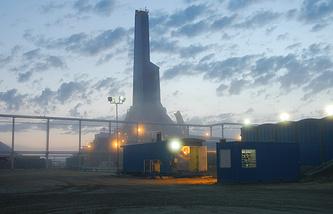 """Вид на береговую буровую установку """"Ястреб"""" на буровой площадке """"Чайво"""", построенную в рамках проекта """"Сахалин-1"""""""