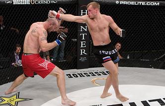 Александр Шлеменко (справа) в бою против Роберта МакДениэла. 2008 год