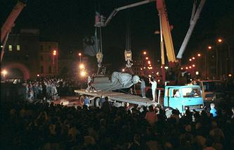 Демонтаж памятника Феликсу Дзержинскому в Москве. 1991 год