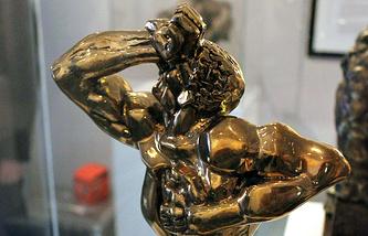 """Традиционный приз для победителей премии ТЭФИ - бронзовая статуэтка """"Орфей, играющий на струнах своей души"""" скульптора Эрнста Неизвестного"""
