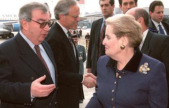 Министр иностранных дел России Евгений Примаков и государственный секретарь США Мадлен Олбрайт, 1998 год