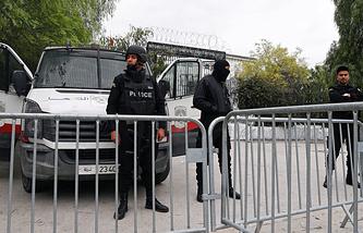 Полицейские возле Национального музея Бардо в Тунисе