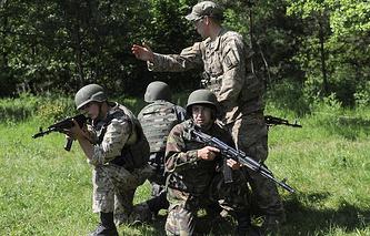 Военный инструктор из США обучает украинских солдат