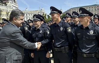 Президент Украины Петр Порошенко и сотрудники патрульной полиции
