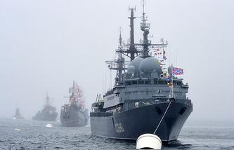 """Владивосток. Разведывательный корабль ССВ-208 """"Курилы"""" в акватории Амурского залива на генеральной репетиции парада кораблей на день ВМФ"""