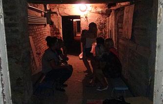 Жители Горловки в бомбоубежище во время обстрела киевскими силовиками