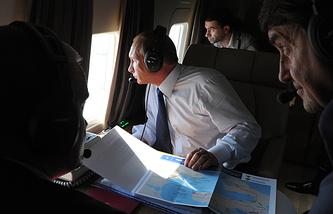 Президент РФ Владимир Путин (в центре) в вертолете во время осмотра объектов транспортной инфраструктуры юга России. Справа - помощник президента РФ Игорь Левитин