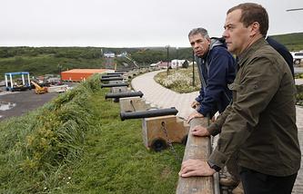 Врио губернатора Сахалинской области Олег Кожемяко и премьер-министр РФ Дмитрий Медведев во время посещения острова Итуруп на Курилах