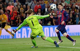 """Нападающий """"Барселоны"""" Лионель Месси отправляет мяч в ворота """"Баварии"""""""