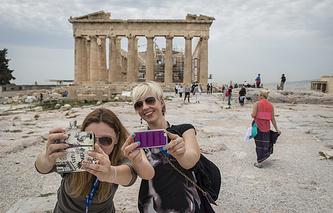 Туристы на фоне Парфенона
