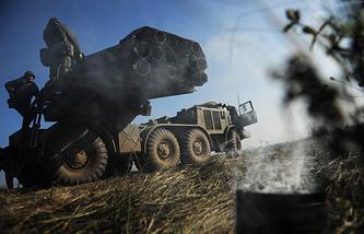 """Система залпового огня """"Ураган"""" на тренировке военнослужащих Центрального военного округа по управлению ракетными ударами и огнем артиллерии"""