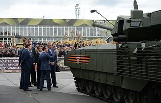 """RAE-2015 стала первой выставкой, где была показана новейшая бронетехника на платформе """"Армата"""" - танк и боевая машина пехоты. На фото: танк Т-14 на гусеничной платформе """"Армата"""""""