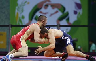 Российский спортсмен Абдулрашид Садулаев и спортсмен из Молдавии Петр Янулов (слева направо), архив