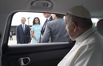 Президент США Барак Обама с женой Мишель (на дальнем плане) и папа римский Франциск
