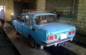 """Автомобиль """"Москвич"""", на котором передвигался предполагаемый убийца Бекир Небиев"""
