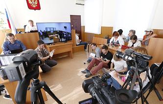 Журналисты во время дачи показаний украинской летчицы Надежды Савченко в Донецком городском суде