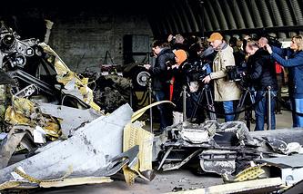 "Обломки разбившегося на Украине малазийского ""Боинга"" на авиабазе в Нидерландах"