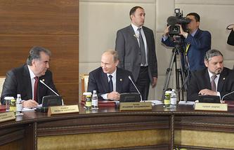 Президент Таджикистана Эмомали Рахмон, президент России Владимир Путин и заместитель министра иностранных дел и европейской интеграции Молдавии Андрей Галбур