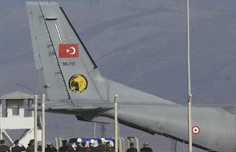 Военный самолет турецких ВВС доставил тело погибшего в Сирии российского пилота Олега Пешкова в Анкару, 29 ноября