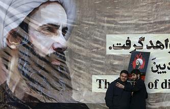 Жители Ирана фотографируются с плакатом, на котором изображен Нимр ан-Нимр