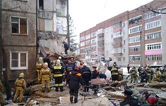 Спасательные работы на месте обрушения подъезда жилого дома в Ярославле