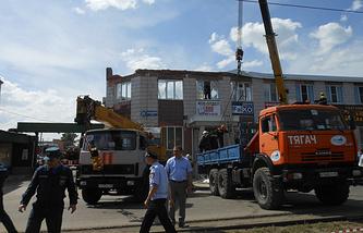 Разбор завалов на месте обрушения кровли и перекрытий второго этажа торгово-офисного здания на Кузнецком проспекте