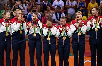 Российские гандболистки во время церемонии награждения на XXXI летних Олимпийских играх