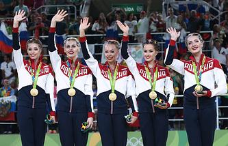 Российские спортсменки, завоевавшие золотые медали в соревнованиях по художественной гимнастике в групповом многоборье