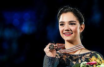 Евгения Медведева с золотой медалью чемпионата Европы по фигурному катанию 2017 года