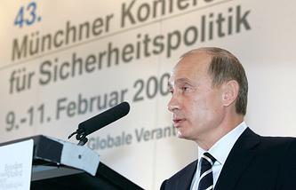 Владимир Путин выступает на Мюнхенской конференции в 2007 году