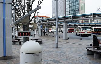 Табло с указанием уровня радиации у входа на железнодорожную станцию Корияма