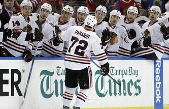 """Хоккеисты """"Чикаго"""" поздравляют Артемия Панарина с заброшенной шайбой"""
