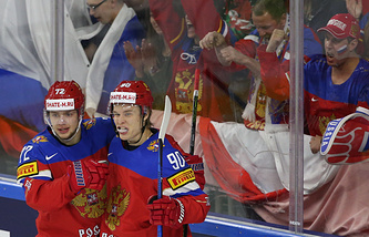 Игроки сборной России Артемий Панарин и Владислав Наместников (слева направо) празднуют гол, забитый в ворота команды Латвии