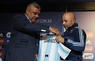 Глава Ассоциации футбола Аргентины Клаудио Тапия и Хорхе Сампаоли (слева направо)