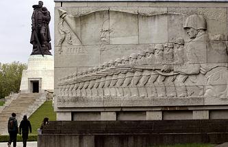 """Монумент """"Воин-освободитель"""" в Трептов-парке, Берлин"""