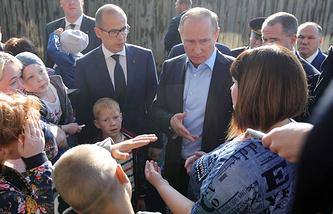 Врио главы Удмуртской Республики Александр Бречалов и президент РФ Владимир Путин во время осмотра аварийного жилого дома в Ижевск