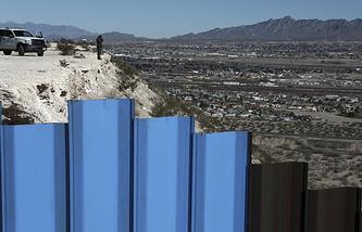 Государственная граница между Мексикой и США, проходящая между городами Сьюдад-Хуарес (штат Чиуауа) и Санленд-Парком (штат Нью-Мехико)