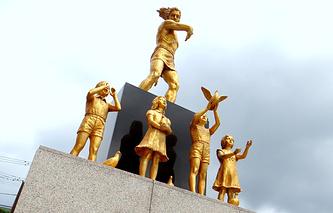 Монумент перед музеем атомной бомбардировки в Нагасаки