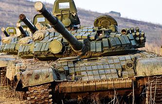 Танки Т-72Б на учениях подразделений Восточного военного округа на морском полигоне Клерк