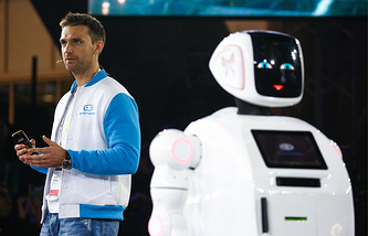 """Основатель компании Promobot Алексей Южаков на презентации новой версии автономного робота-помощника Promobot V.3 в технопарке """"Сколково"""""""