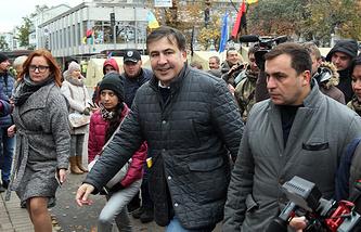 """Лидер партии """"Рух новых сил"""" Михаил Саакашвили (в центре)"""