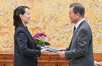 Сестра главы КНДР Ким Ён Нам и президент Республики Корея Мун Чжэ Ин