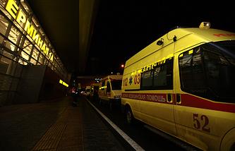 """Машины """"Скорой помощи"""" у первого терминала аэропорта Казани, 17 ноября 2013 года"""