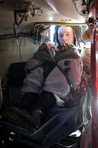 """Военнослужащий в специальном кресле """"Казбек"""" перед десантированием БМД-2"""